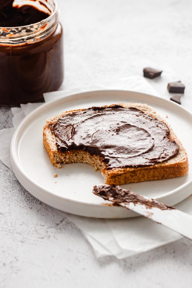 Domácí Nutella namazaná na plátku toustu