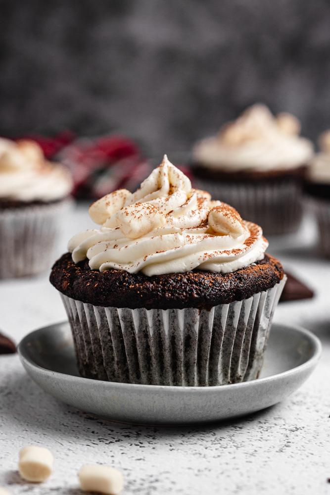 Čokoládový cupcake na talířku zblízka