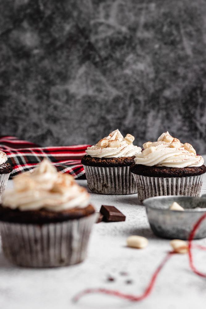 Tři plněné řokoládové cupcakes ozdobené mini marshmallowny