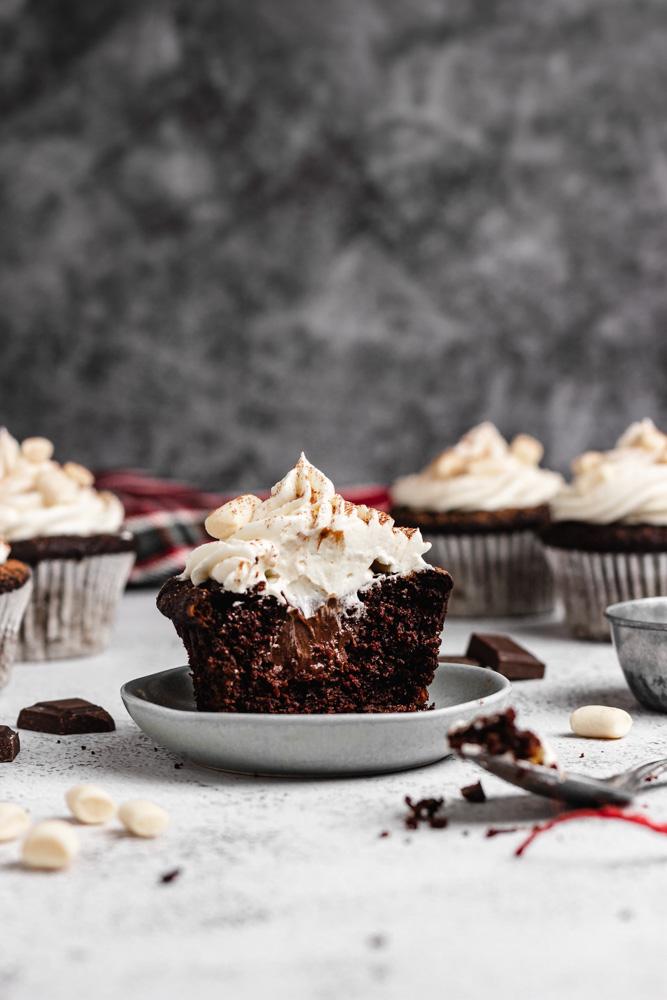 Rozřízlý plněný čokoládový cupcake