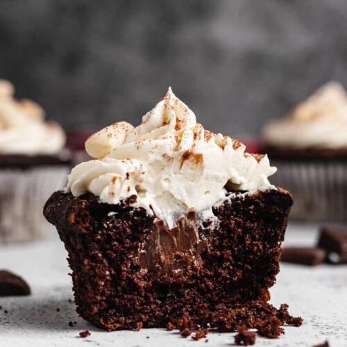 Rozpůlený čokoládový cupcake plněný čokoládovou ganache