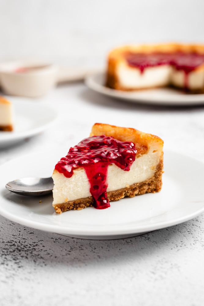 Pečený cheesecake s malinami na talířku