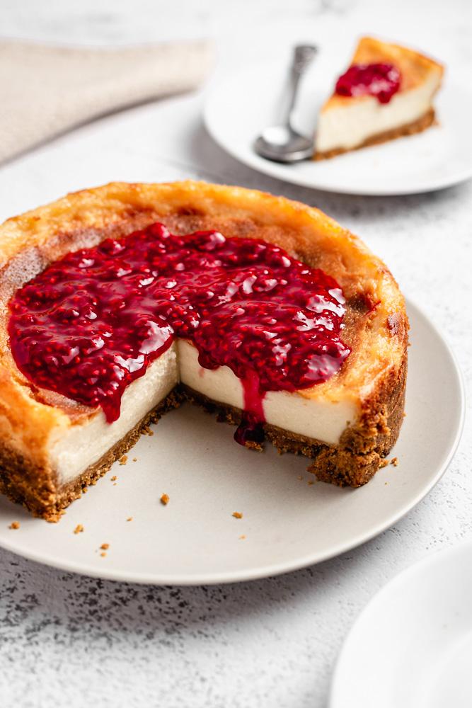 Nakrojený cheesecake s malinovým přelivem