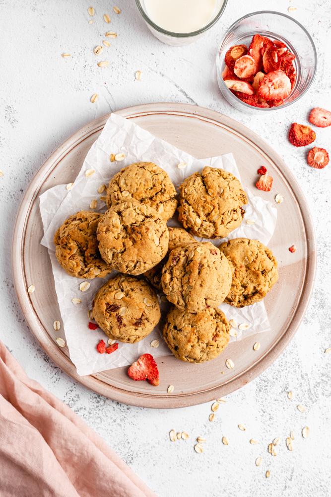 veganské ovesné sušenky s jahodami na talíři