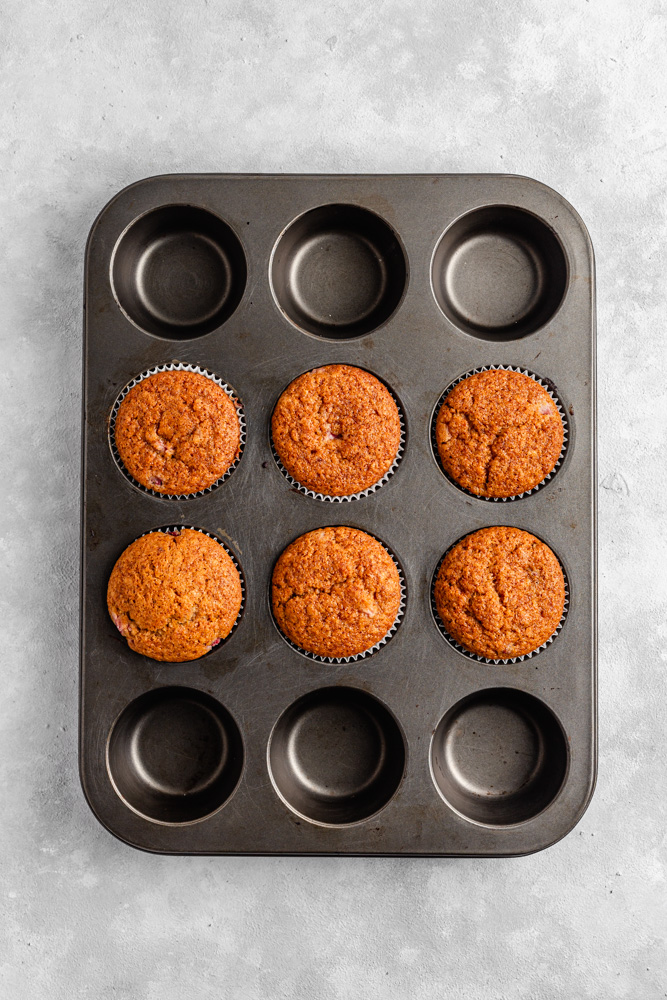Cupcakes po upečení ve formě na muffiny