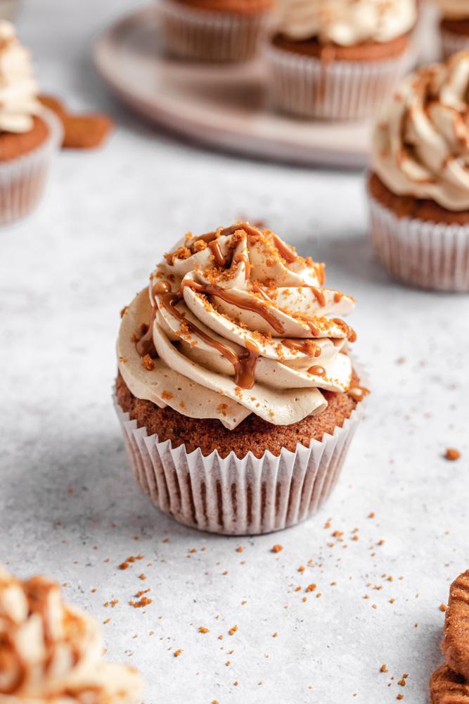 Veganské Lotus Biscoff cupcakes ozdobené máslovým krémem a drcenými sušenkami