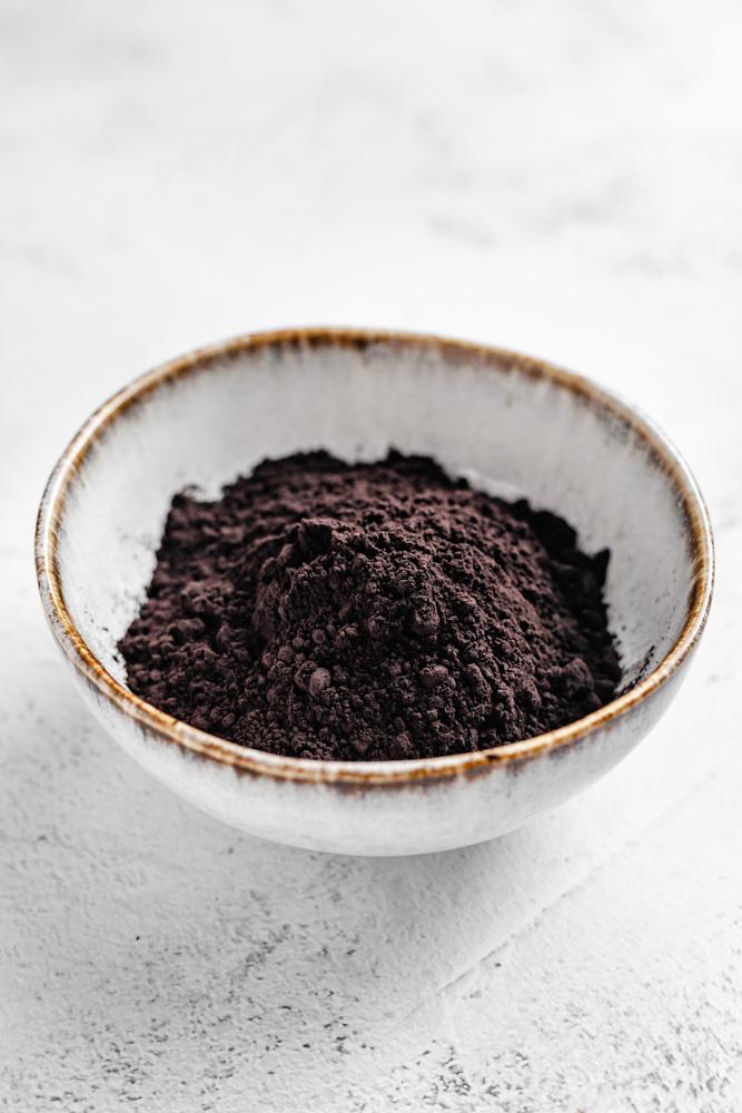 Černé kakao v misce